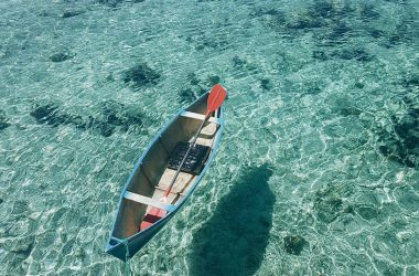 Человек возле лодки